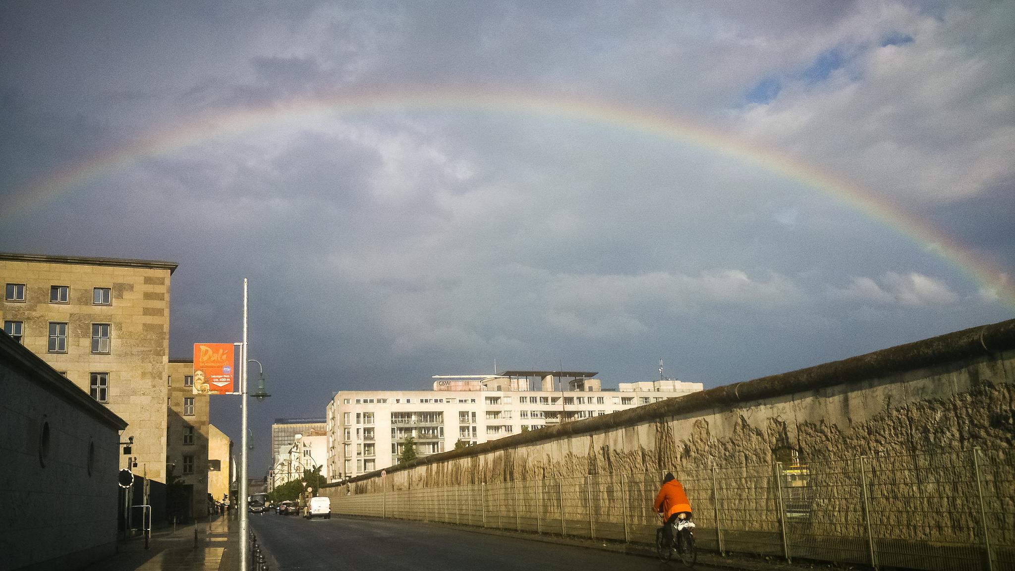 Ein Regenbogen über der Mauer